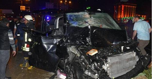 Minibüs TIR'a çarptı 8 yaralı