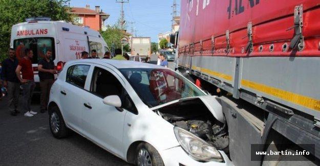 Otomobil TIR'ın dorsesine çarptı: 2 yaralı