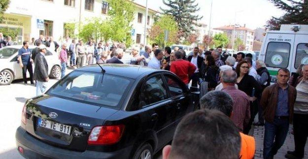 Polisim diyen sürücü ile cenaze sahiplerinin yol verme tartışması