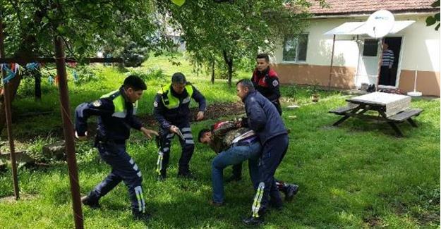 Polisten kaçan sürücü evin bahçesinde yakalandı