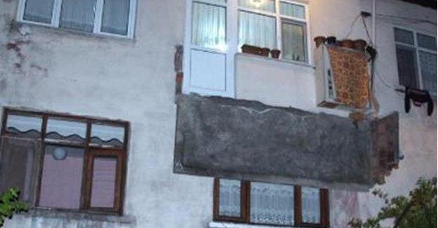 Sigara içmek için çıktıkları balkon çöktü: 3 yaralı