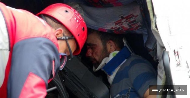 TIR'a çarpan kamyonun sürücüsü ağır yaralandı