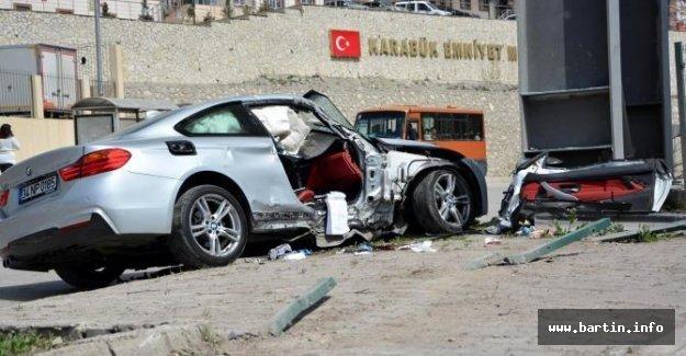 Üst geçit ayağına çarpan otomobilde 2 kişi yaralandı