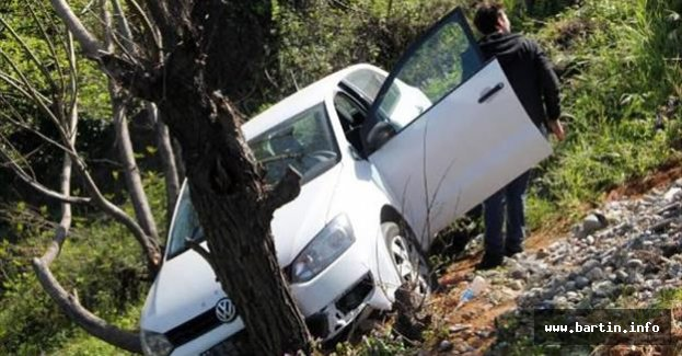 Yamaçtan uçan otomobil ağaca çarptı