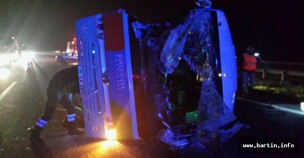 Cenazeye giden otobüs TIR'a çarptı: 22 yaralı