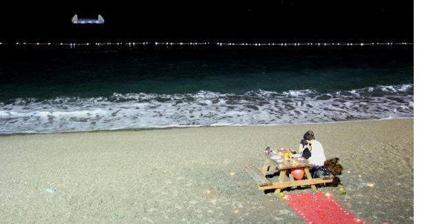 Plajda kelepçeli evlilik teklifi