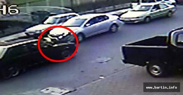 Tartıştığı trafik polisini 200 metre aracın üstünde sürükledi