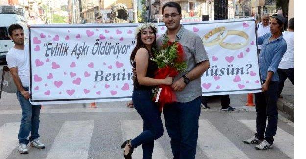 Caddede pankartlı evlenme teklifi
