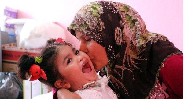 Doktorların 2.5 yıl ömür biçtiği kızını sevgisiyle yaşatıyor