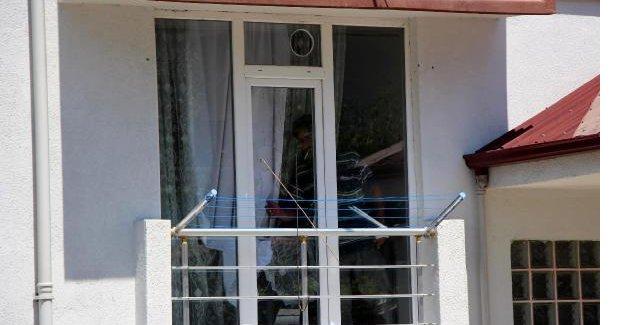 Evde intihara kalkışan eşini camdan içeriye girerek kurtardı