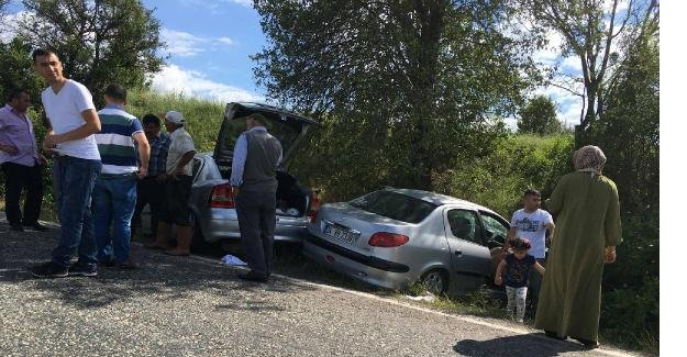 Otomobiller Kafa Kafaya Çarpıştı: 1 Ölü, 2 Yaralı