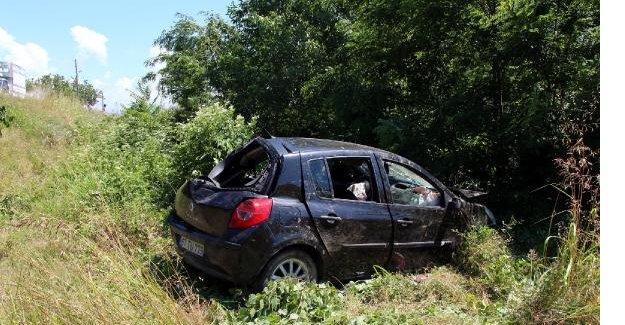 Tarlaya uçan otomobilde 4 kişi yaralandı