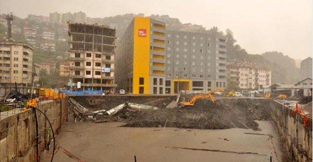 Alışveriş merkezi inşaatında göçük