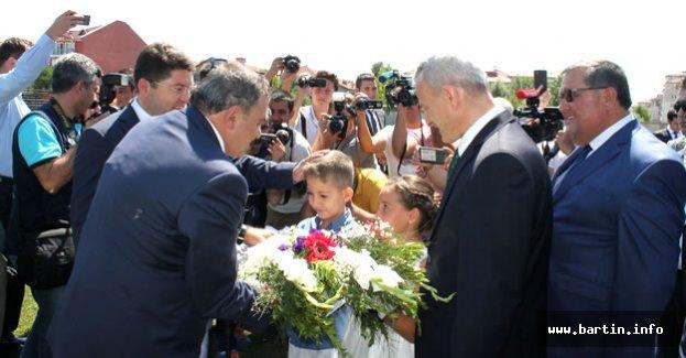 Bakan Eroğlu Çiçeklerle Karşılandı