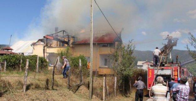 Çatıdan başlayan yangında binanın tek katı küle döndü