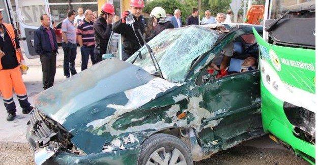 Halk otobüsü ile otomobil çarpıştı: 5 yaralı