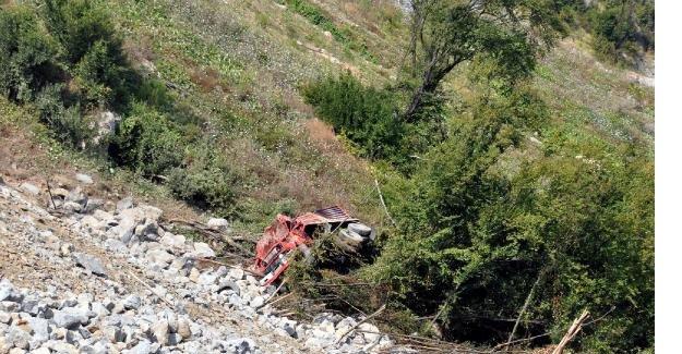 Kamyon 30 metrelik uçuruma yuvarlandı