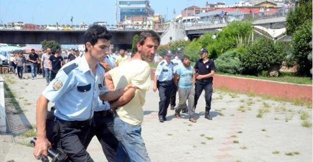 Kimlik kontrolü yapmak isteyen polis ile 3 kişi arasında arbede