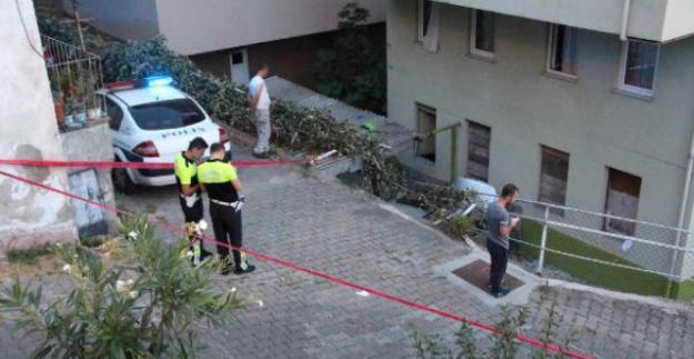 Otomobil apartman boşluğuna uçtu: 2 yaralı