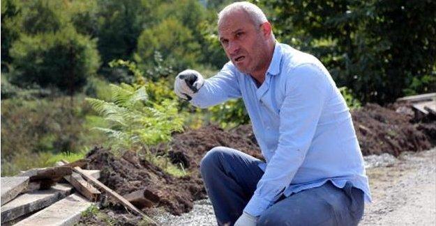 Belediye Başkanı, yol yapımında çalışıyor
