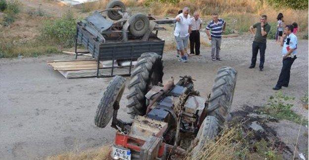 Devrilen traktörün altında kalıp öldü