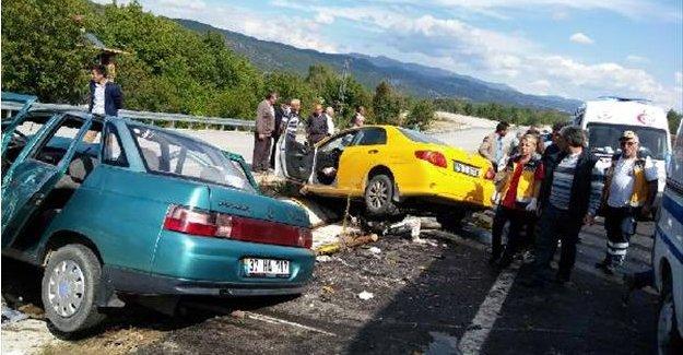 Taksi ile otomobil çarpıştı: 1 ölü, 2 yaralı