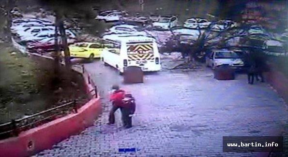 Ağacın araçların üzerine devrilmesi güvenlik kamerasında