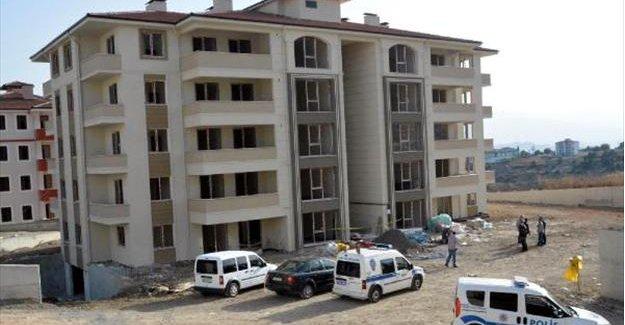 Apartman boşluğuna düşen inşaat işçisi öldü