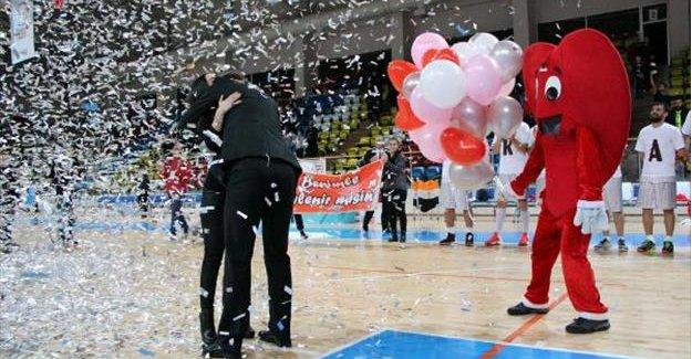 Basketbol antrenöründen maç sonrası sürpriz evlilik teklifi