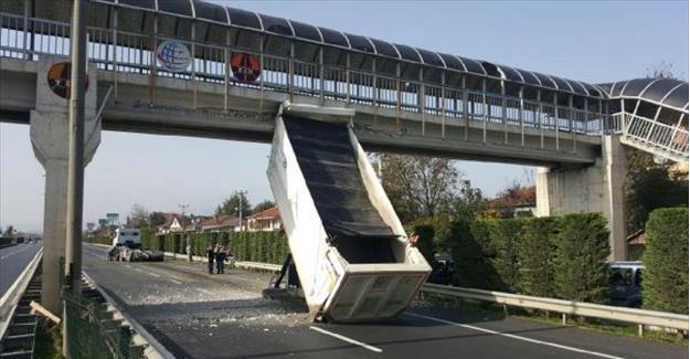 Hareket halindeki kamyonun açılan dorsesi üstgeçide çarptı