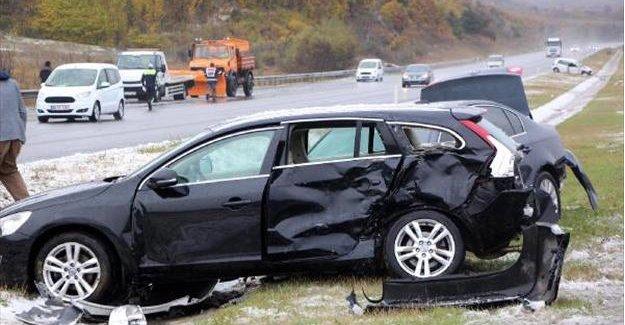 Kar ve buzlanma nedeniyle 12 araç birbirine girdi: 10 yaralı