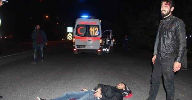 Motosikletten düşen 2 genç yaralandı