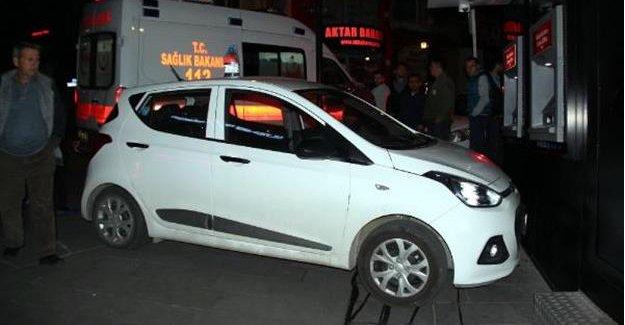 Otomobil ATM'ye Çarptı: 1 Yaralı