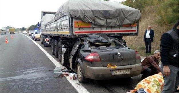 Otomobil TIR'ın altına girdi: 2 yaralı