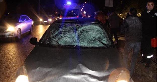 Otomobilin çarptığı 2 üniversiteli yaralandı
