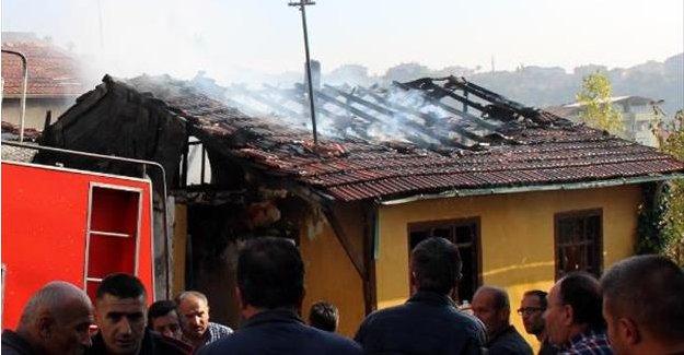 Tek katlı ev yangında hasar gördü