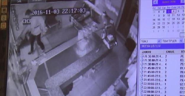 Kasaptan Sucuk Çalarken Kameraya Yakalandı