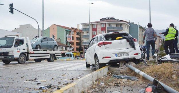 Kavşakta iki araç birbirine girdi: 7 yaralı