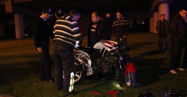 Motosiklet refüje çarptı: 1'i ağır 2 yaralı