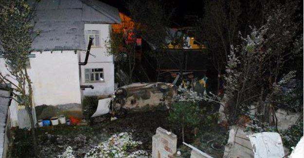 Otomobil evin bahçesine uçtu: 2 ölü, 4 yaralı