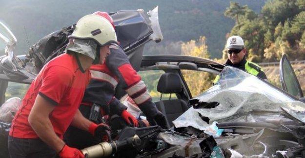 Sürücüsü uyuyan otomobil TIR'a çarptı: 2 yaralı