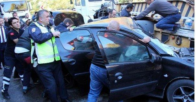 TIR'la çarpışan otomobildeki sürücü imece usulü kurtarıldı