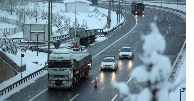 Bolu Dağı'nda kar ulaşımı aksatıyor