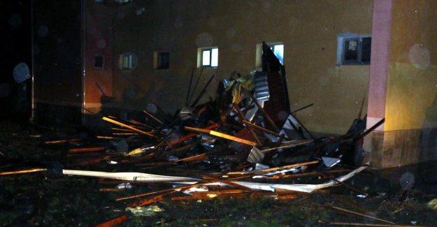 Fırtınada çatısı ucan pansiyondaki 38 öğrenci tahliye edildi