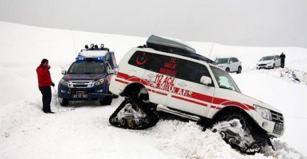 Kalp hastası şehit babasının imdadına paletli ambulans yetişti