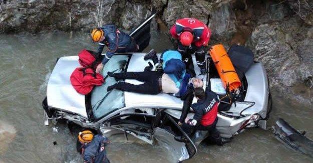Otomobil dereye uçtu: 1 madenci öldü, arkadaşı yaralandı