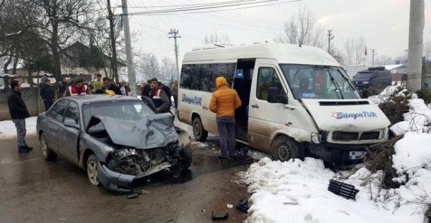 Otomobil ile öğrenci servisi çarpıştı: 12 yaralı