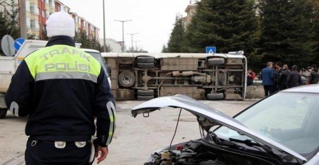Otomobil ve midibüs çarpıştı: 2 yaralı