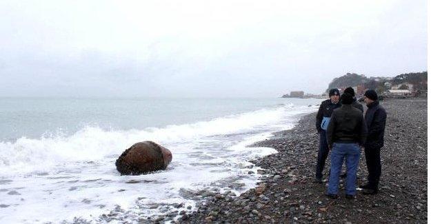 Sahile vuran gemi şamandırası kaldırıldı
