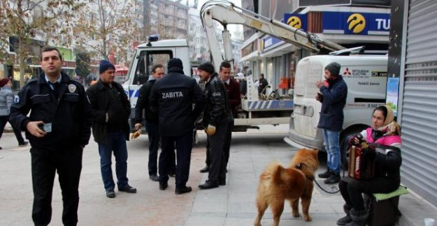 Sokak çalgıcısı Romanyalı Sedra'ya çevredekiler sahip çıktı